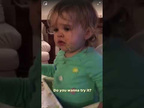 Mama daje do spróbowania córeczce bardzo ostry chrzan wasabi! Widać, że mała nie polubiła tego smaku!
