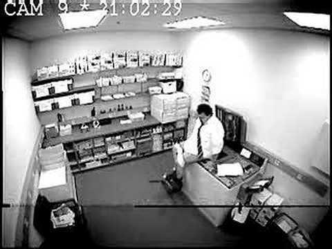 Cómo pidió ayuda este hombre en su oficina? Qué vergüenza!