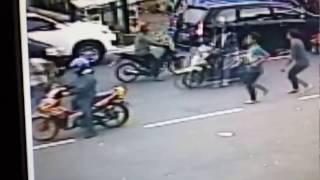 Download Video Pelaku Pencurian Dengan Memecahkan Kaca Mobil Terekam CCTV dan Digagalkan Oleh Security MP3 3GP MP4