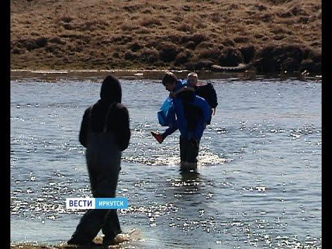 Иркутский семиклассник носит детей через реку, чтобы они могли попасть в школу