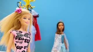 Barbie ve arkadaşı Mina bugün baloya gidiyorlar! Hazırlanmaya başlayalım! Saç taradılar, toka ve bilezik seçtiler. Elbiseler de seçelim mi? Mavi mi, kırmızı mi, ...