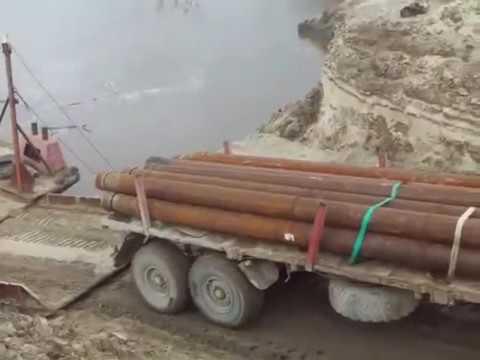 Грузовик с трубами утонул в реке, пытаясь заехать на баржу