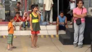 Niño canta en la calle como Whtney Houston