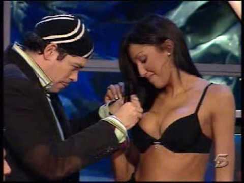 Nuria Bermúdez se quita las prendas