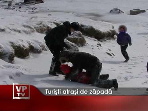 Turişti atraşi de zăpadă