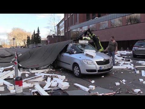 Οροφή έπεσε πάνω σε κινούμενο αυτοκίνητο στη Γερμανία