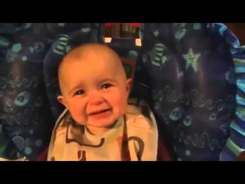 Copilul care plange in timp ce mama lui ii canta. (видео)