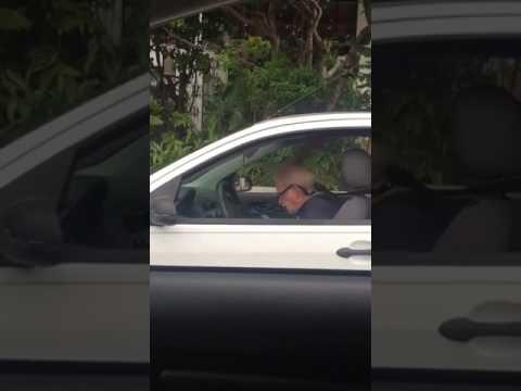 Piristävä näky liikennevaloissa – Pappa rokkaa täysillä Metallicaa!