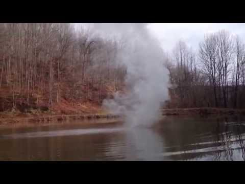 這些人把一大塊「鈉」丟到池塘裡後,他們馬上拔腿狂奔…我也在螢幕前嚇呆了!