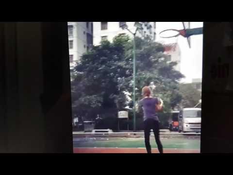 美少女在街頭籃球場射鎖匙圈,網友大叫:「射得好準啊!」