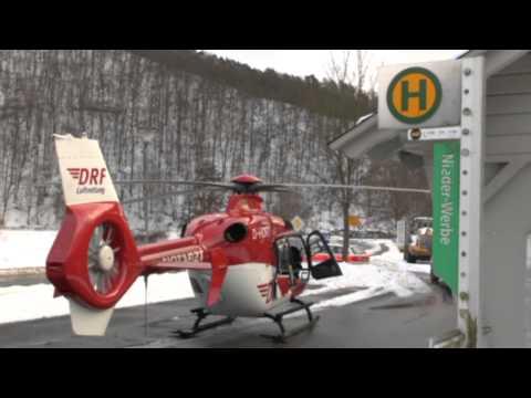 Rettungshubschrauber landet in Bushaltestelle
