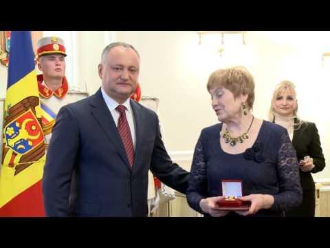 Igor Dodon, a oferit distincții de stat unor oameni simpli care au muncit zeci de ani pentru dezvoltarea țării