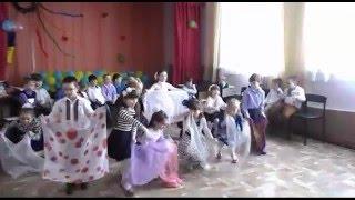 Дети танцуют с платочками в школе1 класс танцует на 8 марта с платками(Классный руководитель Толкачева Н.Ф.)