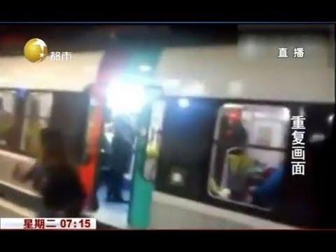 女子阻擋地鐵關門,被乘客踹飛