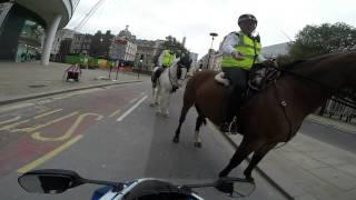 Motocyklista na ścigaczu złapany przez policjanta na koniu!