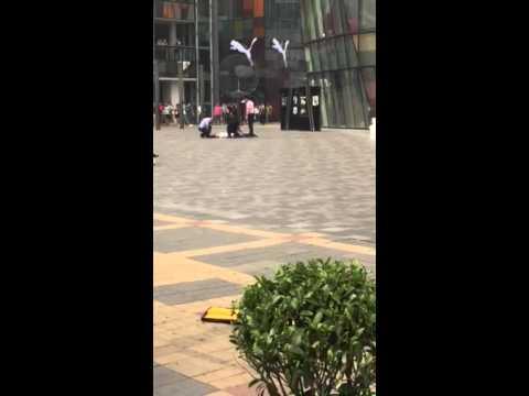 Hombre mata a una mujer en centro comercial de china