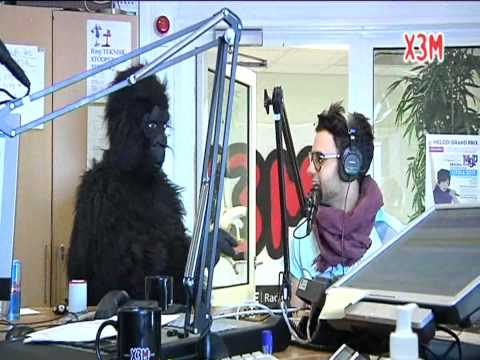 Axl Smith trakasseras av gorilla tekijä: X3M