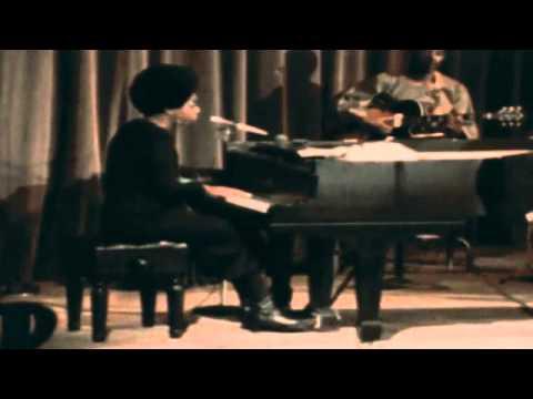 Tekst piosenki Nina Simone - Black Is The Color Of My True Loves Hair po polsku