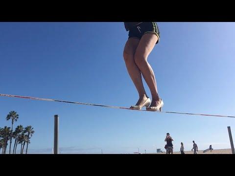Невероятные трюки слэклайнера на каблуках!