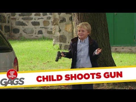 trẻ con nghịch súng