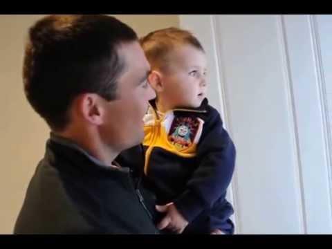 萌!小男孩見到爸爸的雙胞胎兄弟時 第一反應~超興奮!