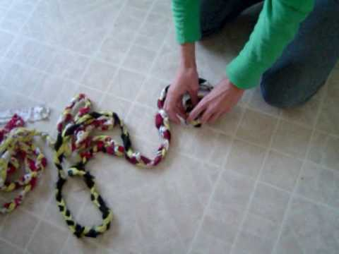 RUG - A video demo on how to make your own braided rag rug. By http://www.harvestofdailylife.com. View instructional article that goes with video @ http://www.harv...