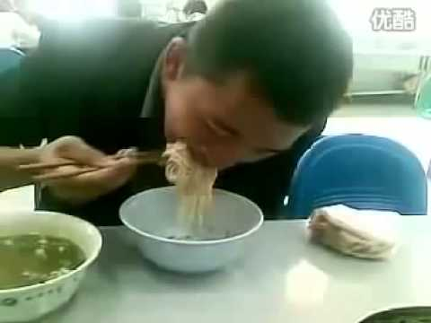 拉麵哥一口吃掉一碗麵!震驚了阿阿阿!
