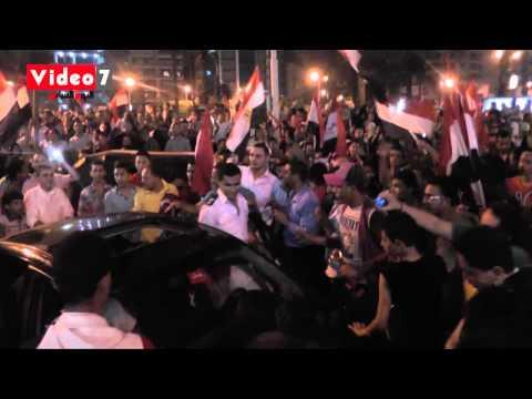 الشرطة تحتفل مع المتظاهرين بسقوط «مرسى» بالمهندسين