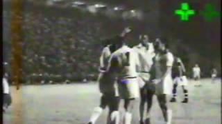 Goleada santista no Estádio do Pacaembu, com direito a golaço do ponta Dorval. Partida válida pela Taça Brasil. Gravado em 1994. Imagens: TV Cultura.