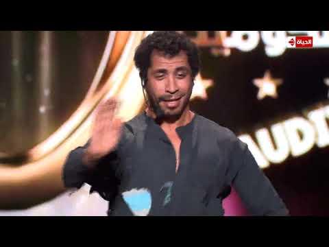 """مذيعة """"نجم الكوميديا"""" تحتفل بتأهل المتسابق محمود ناجي جدو برقصة معه على المسرح"""