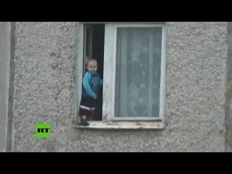Juega niño ruso en ventana de octavo piso