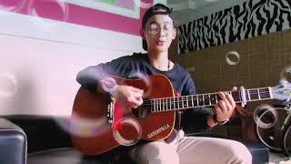 Cowok ganteng keren pandai main gitar