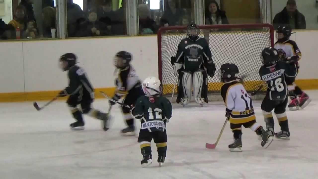Hành động làm tan chảy nhiều trái tim của VĐV hockey nhí