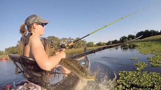 بالفيديو.. سمكة ضخمة تفاجئ فتاة خلال رحلة صيد.. شاهد رد الفعل