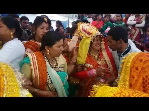 Video कुमाउनी दुल्हन अपनी शादी की विदाई लेते हुवे download in MP3, 3GP, MP4, WEBM, AVI, FLV January 2017