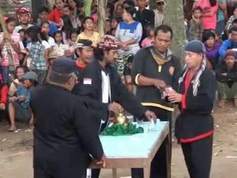 Atraksi Bantengan Minum Racun Dan Megang Mercon Laskar Gunung Jati