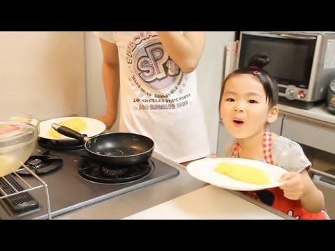 Rino - 2013年6月28日/4歳1ヶ月 Rino cooking an omelette with a mom. The omelette that what she cooked is common and an omelette in natto. We wanted to see it was her react...