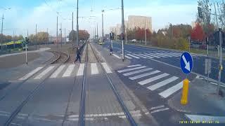 Dziewczyna w słuchawkach wchodzi pod tramwaj.
