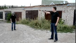 Rusek testuje hełm, daje sobie strzelić w głowę z pistoletu.