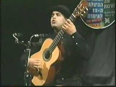 "Hezi Levy, troubadour chante ""Avre Tu Puerta Cerrada"" en ladino"