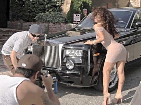 Fardando de coche y tías buenas para su videoclip