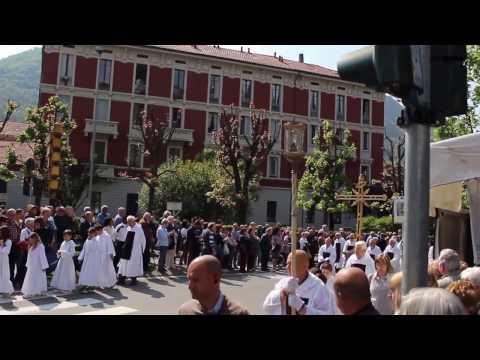 La processione del venerdi' santo a Como: grande folla