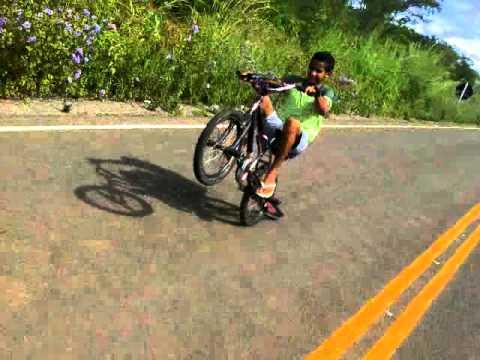 Elvis empinando de bike e uma grande queda  kkk