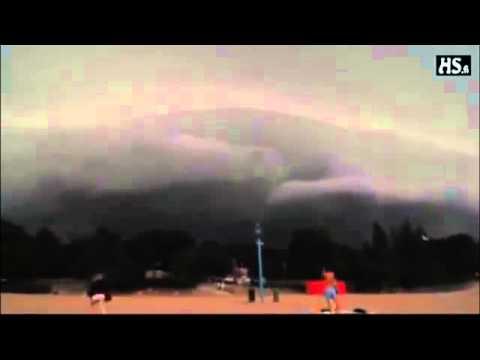 nubi nere e suoni inquietanti in indonesia