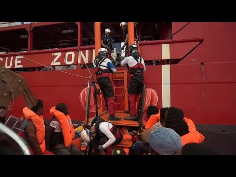 Πάτησαν Ιταλία οι 82 μετανάστες του Ocean Viking