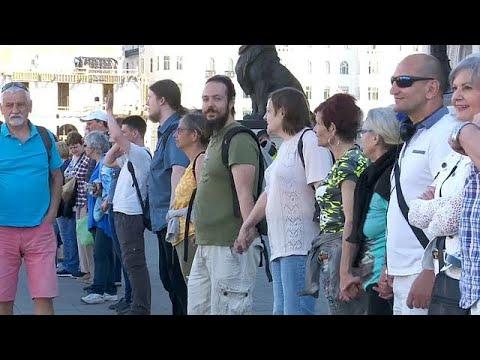 Budapest: Menschenkette gegen Orban vor der konstituierenden Sitzung des ungarischen Parlaments