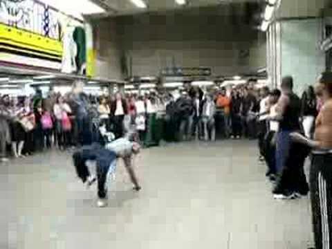 Niño pateado por un bailarín