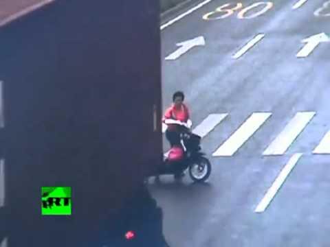 Ciclista se salva de milagro tras impacto de camión
