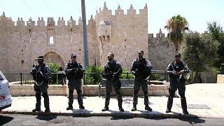 Kudüs'te, iki İsrailli polisin öldürüldüğü saldırının görüntüleri ortaya çıktı.Söz konusu olay, cuma günü Mescid'i Aksa'da meydana geldi. İsrailli makamlardan yapılan açıklamaya göre, üç saldırgan Aslanlı Kapı tarafında polise ateş açtı, iki polis memuru hayatını kaybetti. Çatışma esnasında saklanmak için binaya giren saldırganlar ölü ele geçirildi. Üç saldırganın da Arap kökenli İsrail vatandaşı olduğu öğrenildi.Hadisenin ardından güvenlik gerekçesiyle Mescid-i Aksa ibadete ve ziyarete kapa…İLGILI HABERLER: http://tr.euronews.com/2017/07/14/kuduste-silahli-saldirieuronews: Avrupa'nın en çok izlenen haber kanalı.Üye ol! http://www.youtube.com/subscription_center?add_user=euronewstreuronews şimdi 13 ayrı dilde: https://www.youtube.com/user/euronewsnetwork/channelsTürkçe: Web sayfası: http://tr.euronews.com/Facebook: https://www.facebook.com/euronews.trTwitter: http://twitter.com/euronews_tr
