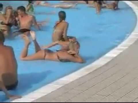 Gái Châu Âu Sexy Phê Thuốc Lắc Tại Bể Bơi